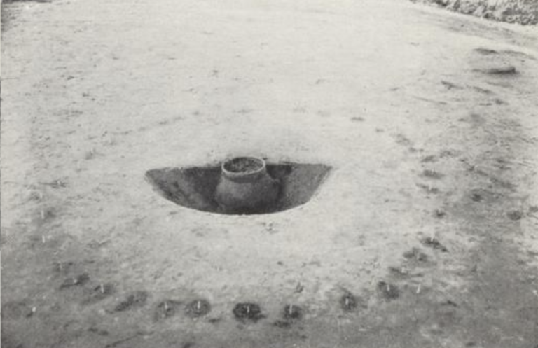 Urn met gecremeerde beenresten. Bron: NDVA, 1948.